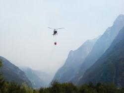 L'elicotero prta l'acqua dal torrent Raccolana