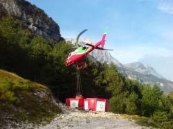 Elicottero Portando l'aqua sul Ciuc