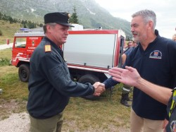 Panontin From the Regione FVG thanks the commander of the firefighters from Carinzia